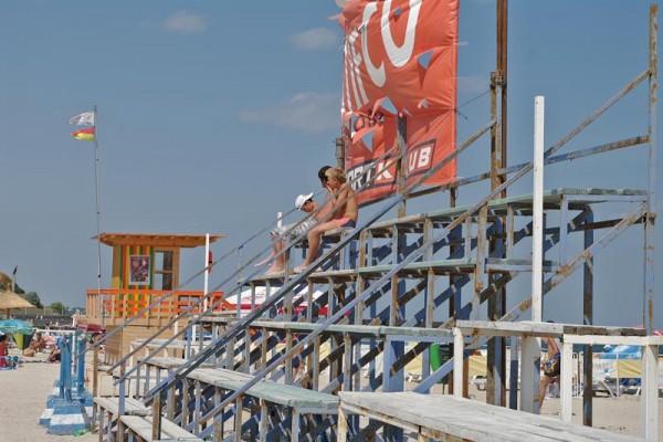 Tribuna terenului de sport pe plaja