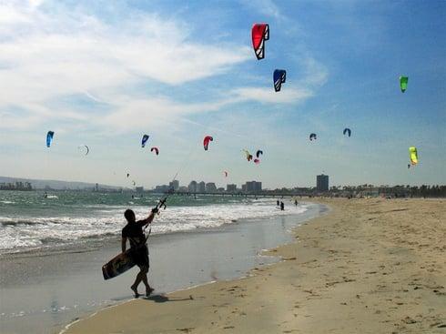 Vant bun pentru iubitorii de kite surfing. Zeci de sportivi se antreneaza in zona Mamaia Nord