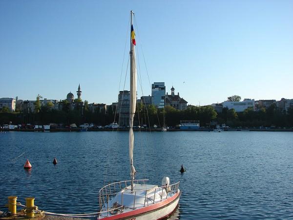 Mini velier ancorat in port