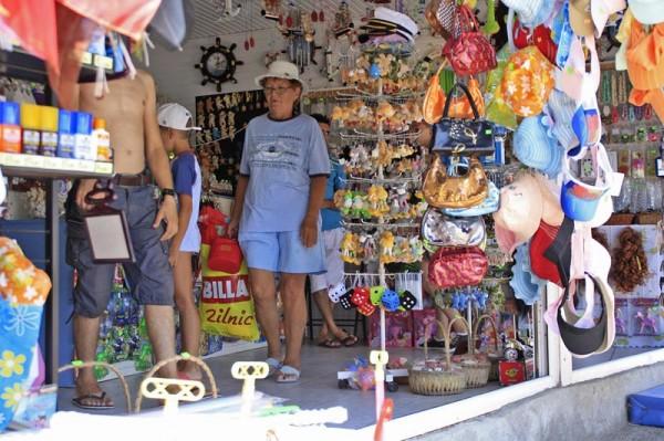 Magazin cu suveniruri de pe litoral
