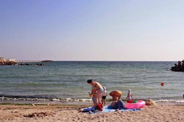 Turisti pe plaja din Olimp