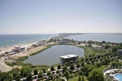 Panorama a plajei si lacului ...