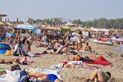 Turisti pe plaja ...