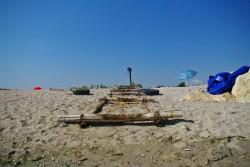 Batran si singur printre pietre si nisip ...
